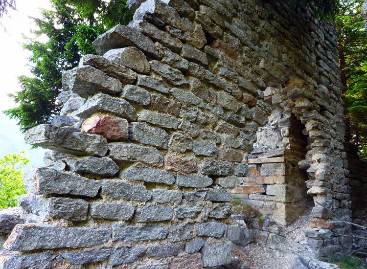 Sonnenburg: Mauerwerk an der Innenseite des Torturms