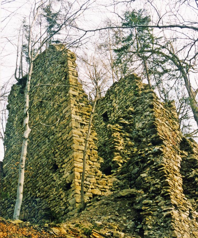 Strassfried: die stark verfallene Südseite des Bergfrieds
