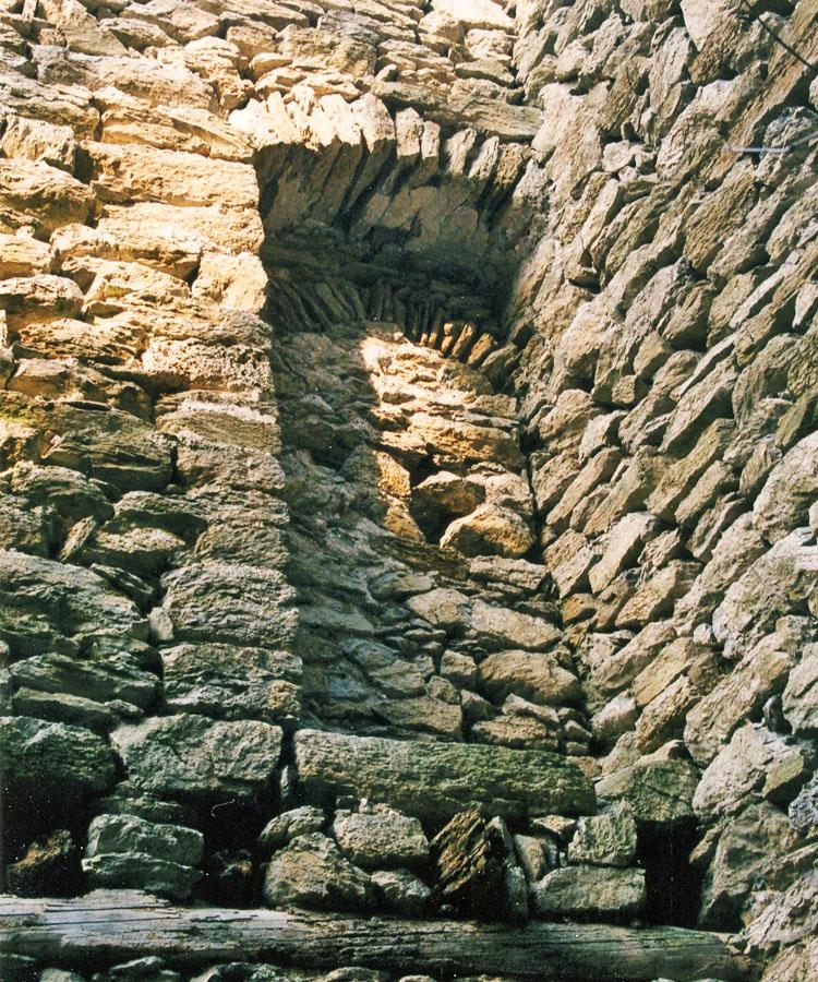 Strassfried: Innenseite des vermauerten Hocheinstiegs zum Bergfried