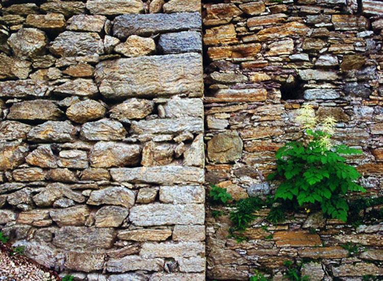 Strassfried: Baufuge zwischen bergfried (links) und Ringmauer (rechts)