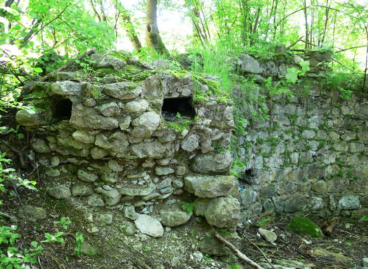 Wagrain: Kanäle der verrotteten Maueranker im mauerwek des Bergfrieds (Foto 2005)
