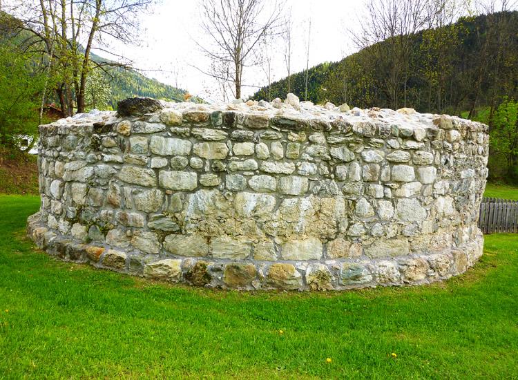 Wagrain: Stumpf des runden Bergfrieds, Foto 2010