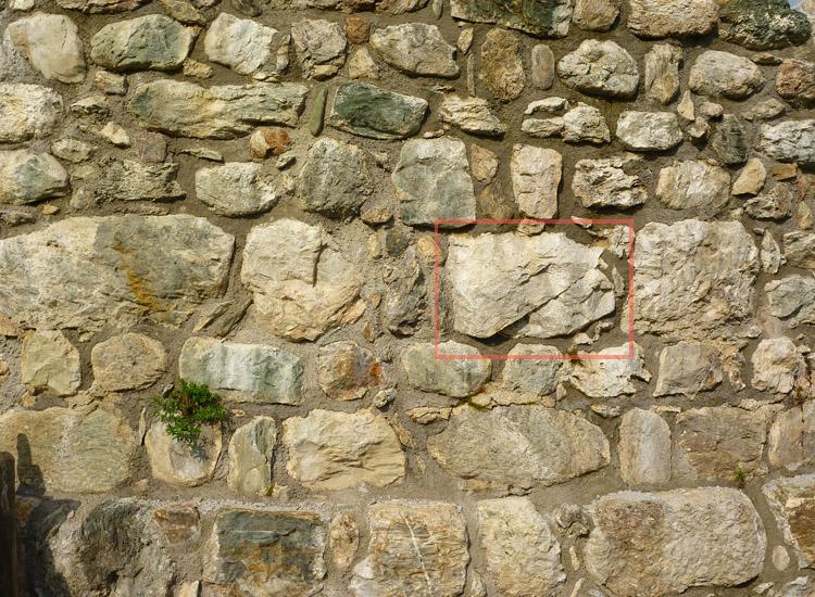 Wagrain: Mauerwerk des Bergfrieds nach der Sanierung: die Lagen am oberen Bildrand sind frei ergänzt (Foto 2010)