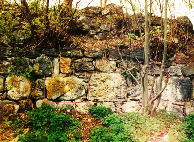 Wagrain: Mauerwerk des Bergfried vor der Sanierung (Foto 1998). Ein markanter Stein ist rot markiert. Zwei Lagen über dem Stein fehlt die äußere Mauerschale