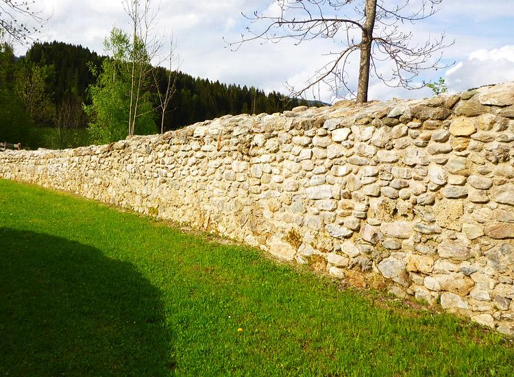Wagrain: die restaurierte und von Bewuchs befreite Ringmauer, 2010
