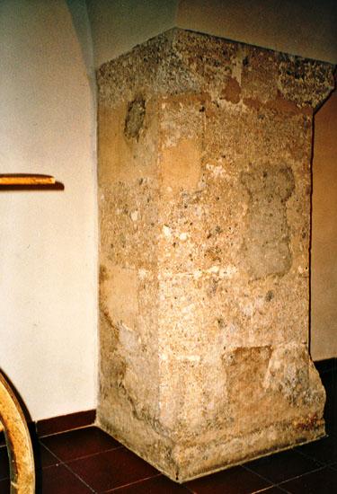 Wandpfeiler, abgefasst mit Eckspornen