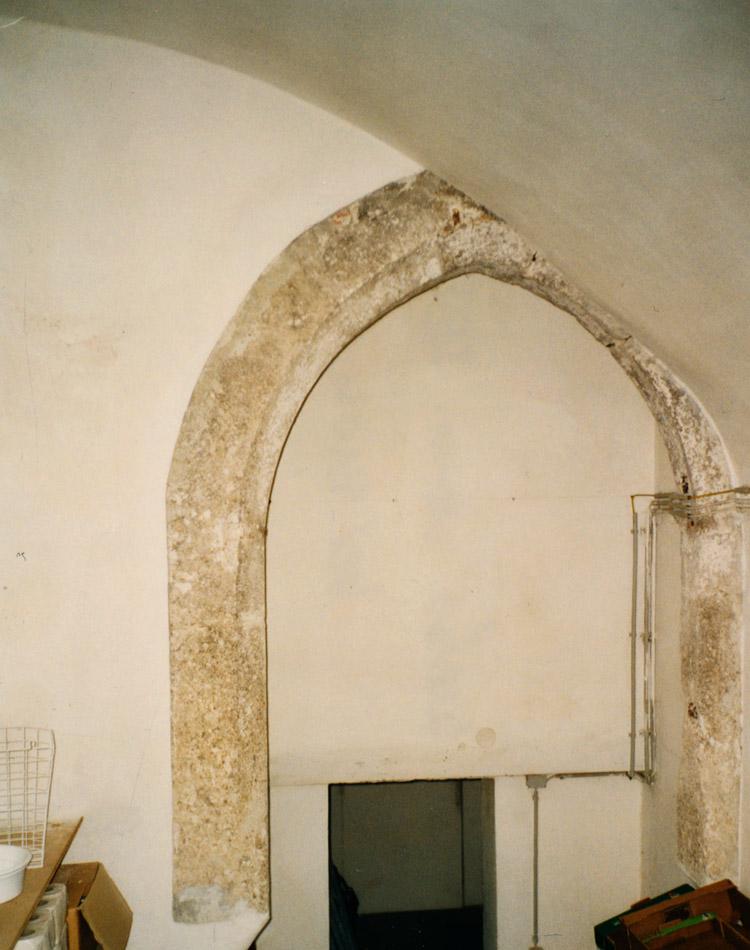Wels: spitzbogiges Portal im Erdgeschoss des Westtraktes
