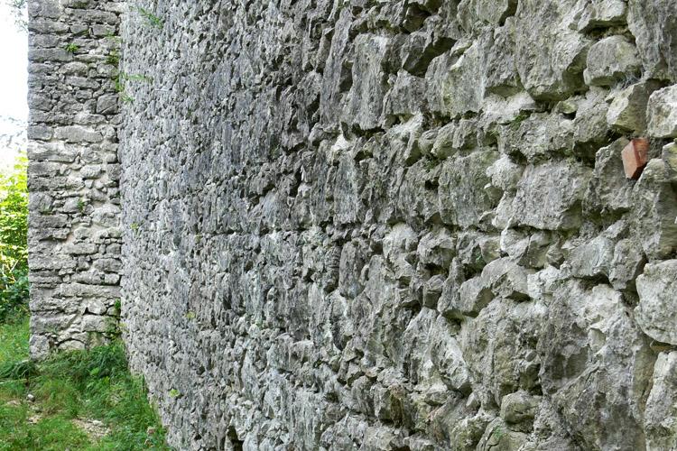 Wildenstein: Mauerwerk der nördlichen Ringmauer, im Hintergrund der Mauerpfeiler