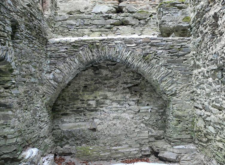 Hauenstein: Mauerbogen an der Ostseite zur Auflage der Balkendecke