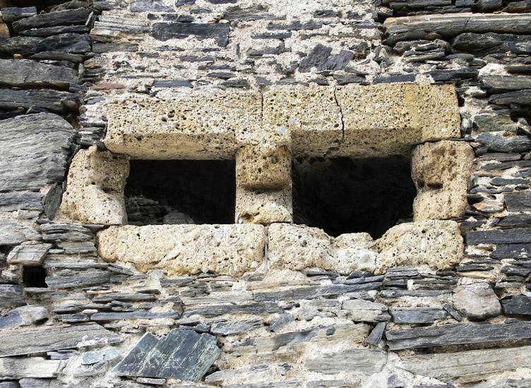 Hauenstein: Wohnturm Erdgeschoß, querrechteckiges Fenster an der Ostseite