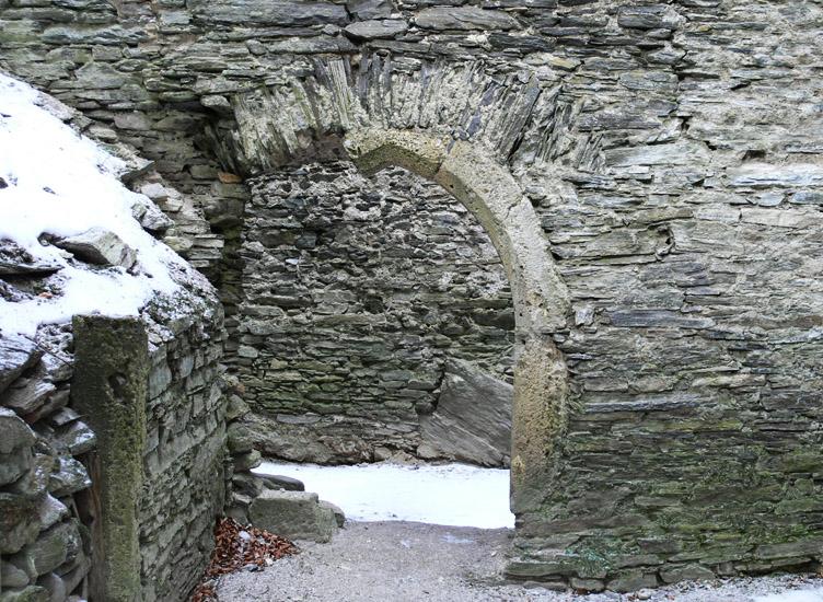 Hauenstein: Erdgeschoß, Spitzbogentür in der Trennwand