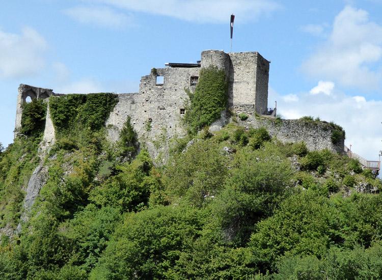 Finkenstein: Ansicht von Süden. Rechts des bergfrieds die älteste Ringmauer