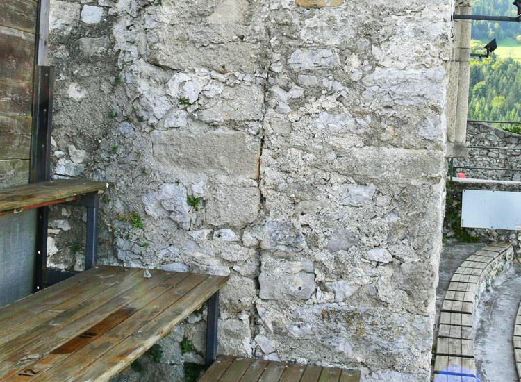 Finkenstein: rechts die vorgesetzte Fassade mit den Kielbogenfenstern.
