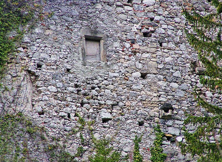 FInkenstein: Detail der südlichen Ringmauer mit senkrechter Baufuge zwischen Küche( rechts mit Ausgussstein) und Kapelle(links)
