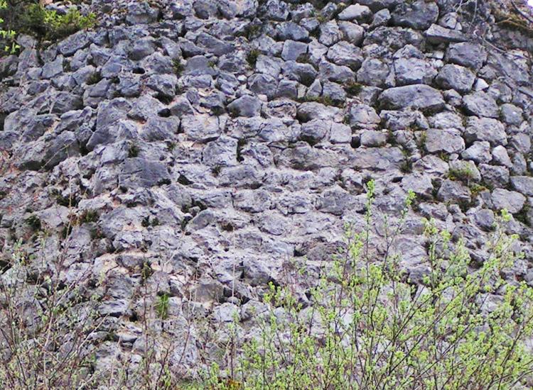 Finkenstein: Mauerwerk um 1200 am Felskopf östlich des Bergfrieds