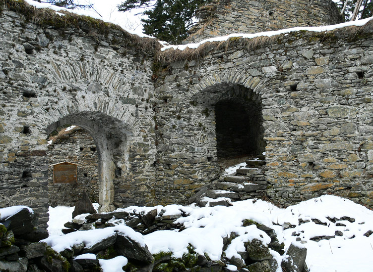 Hauenstein: unterer Burghof links das zweite Burgtor, rechts der Aufgang zur Hochburg