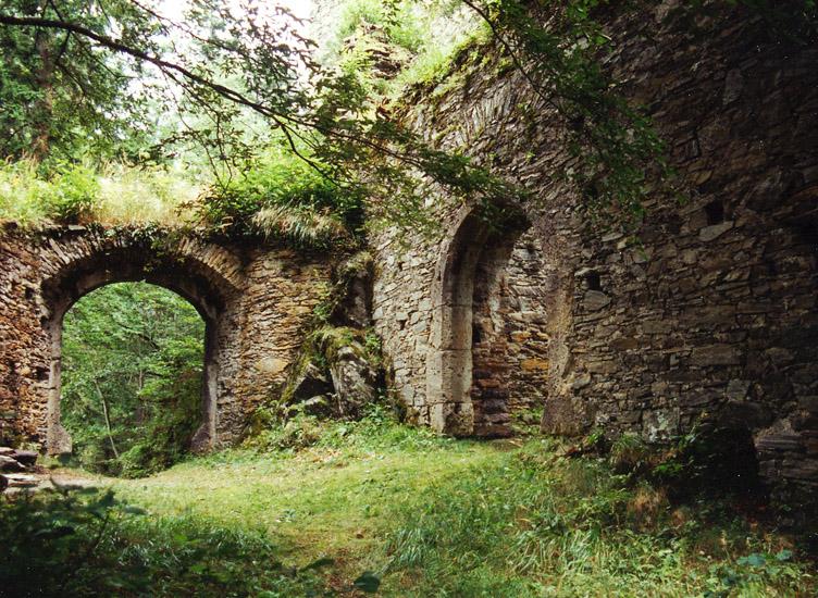 Hauenstein: Äußere Vorburg. Links das erste, rechts das zweite Burgtor