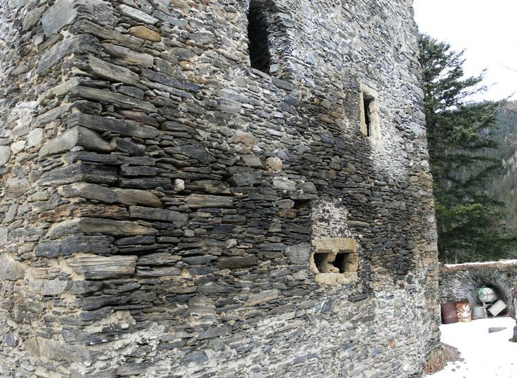 Hauenstein: Ostseite des Wohnturms mit dem querrechteckigen Fenster im EG und dem hochgelegenen Kapellenfenster im 1. OG