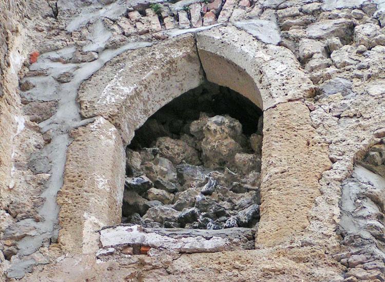 Rauhenstein: gotische Spitzbogentüre mit Mittelschluss