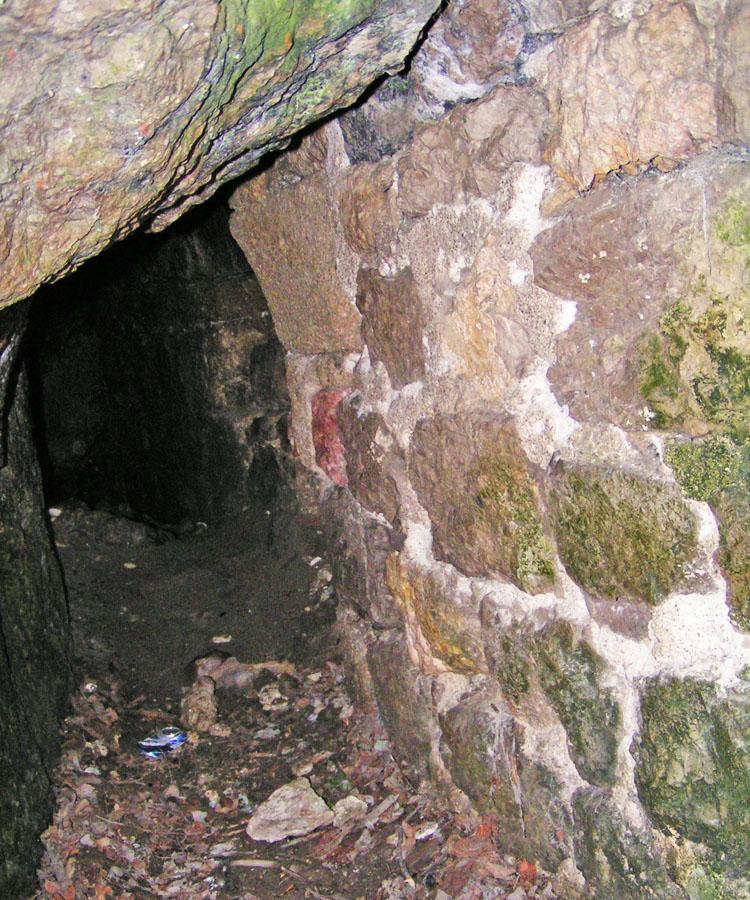 Rauhenstein: die kleine Grotte an der Hofseite des Palas