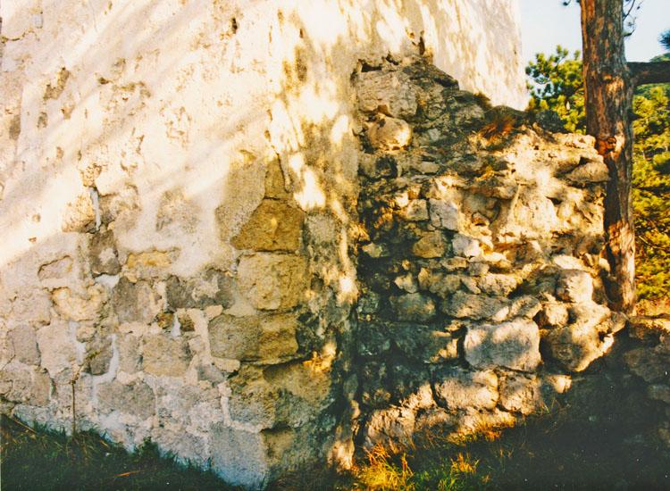 Rauhenstein: Südseite der Kapelle mit der abgebrochenen Rundapsis