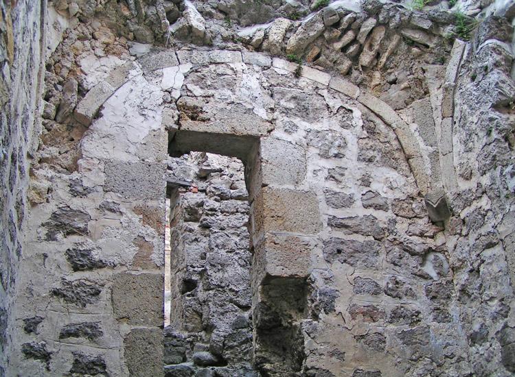 Rauhenstein: Westseite der Burgkapelle mit Zugang zur Empore