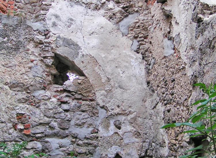 Rauhenstein: vermauerter Chorbogen der Burgkapelle