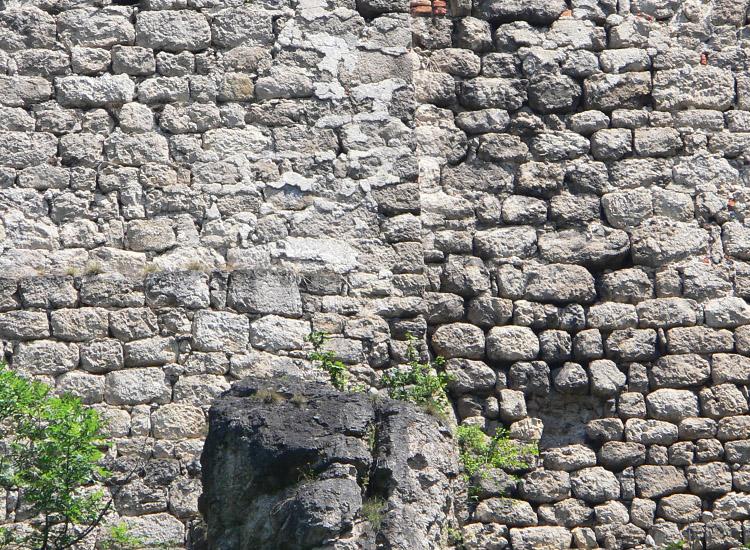 Rauhenstein: romanisches Mauerwerk am Fundament des Palas