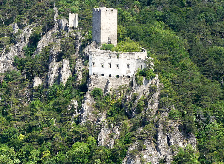 Rauhenstein: totale von der gegenüberliegenden Burg Rauheneck aus gesehen.