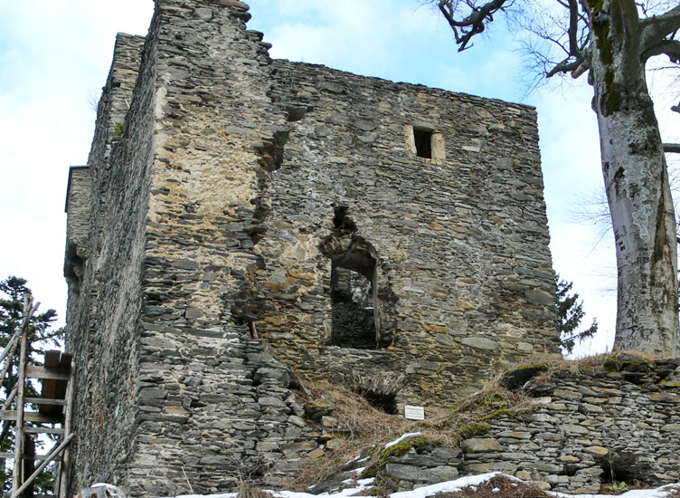 Hauenstein: Südansicht des Wohnturms, davor der spätgotische Zubau