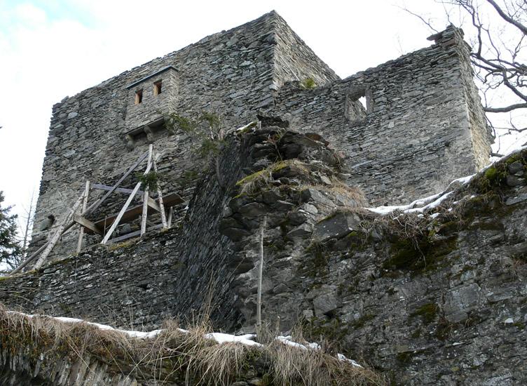 Hauenstein: Westfassade des Wohnturms, rechts der spätgotische Zubau